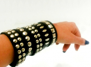 Кожаные браслеты с шипами