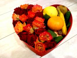 Цветы в коробках с фруктами и сладостями_9
