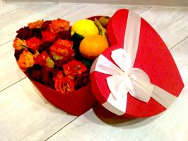 Цветы в коробках с фруктами и сладостями_8
