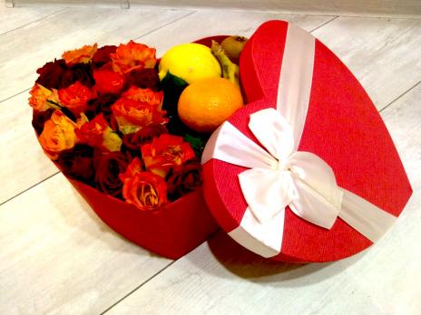 Цветы в коробках с фруктами и сладостями